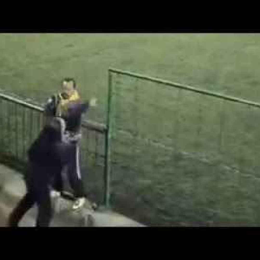 Video rissa a bordo campo tra genitori i due papa 39 se le for Sono due in una partita di calcio