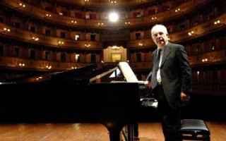 Teatro: magiera  pavarotti  classica