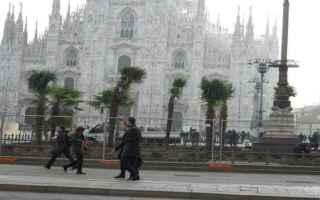 Milano: milano  piazza duomo  palme  vandali