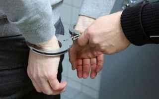 Luomo riconoscendo il poliziotto che lo aveva già denunciato precedentemente, tenta di darsi