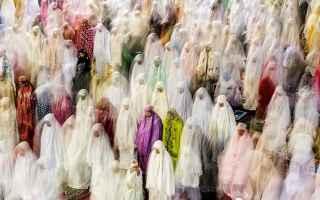 La fotografia vincitrice in assoluto rappresenta un gruppo di donne in preghiera all'interno d