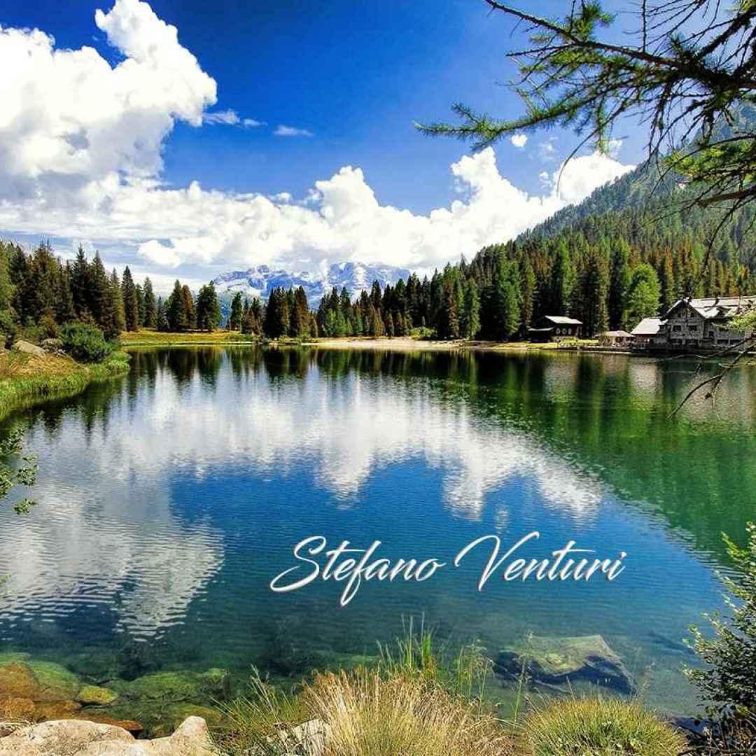 lago dolomiti riflessi  montagna