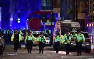 dal Mondo: moschea  furgone  attentato