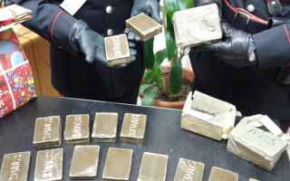 I carabinieri dellArma di Marano hanno arrestato un uomo che trasportava sostanze stupefacenti. Luom