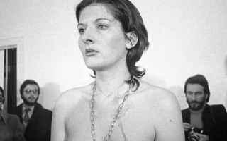 Marina Abramovic con il suo esperimento artistico del 1974, a Napoli, chiamato Rythm 0 ha dimostrato