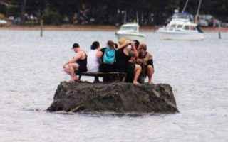 Un gruppo di amici in una piccola città della Nuova Zelanda ha costruito un'isola per aggirare il