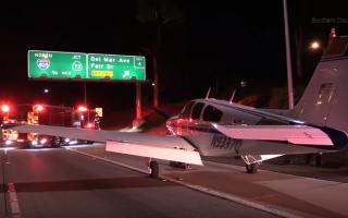 Capita spesso di vedere veicoli bizzarri quando si viaggia in autostrada, ma un'aeroplano non è c