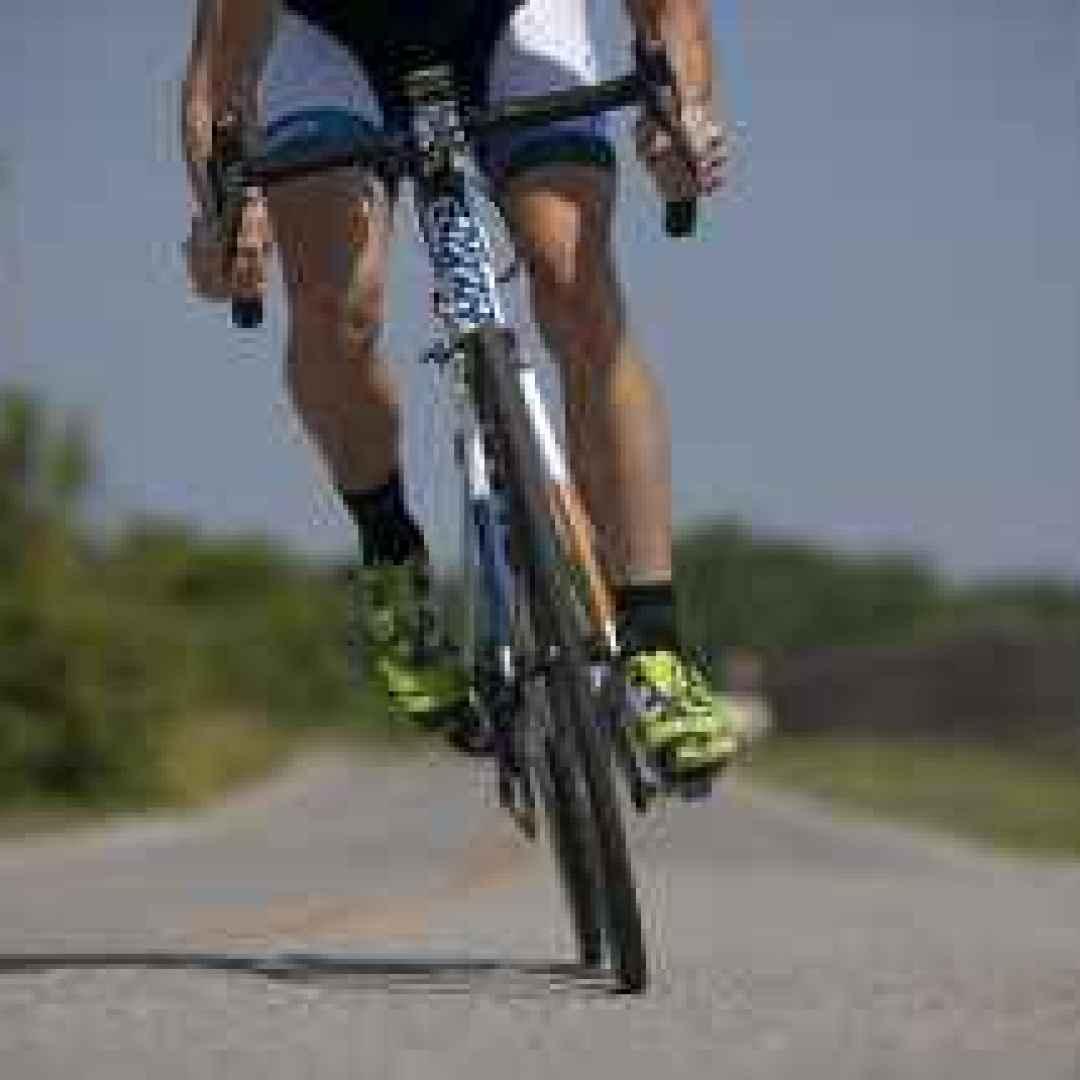 bici da corsa  gonfiare la ruota