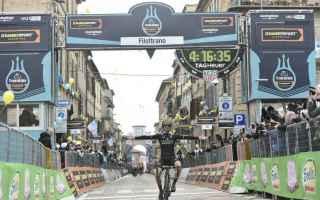 Grande emozioni nella tappa di Filottrano dedicata a Michele Scarponi, Adam Yates vince in solitaria