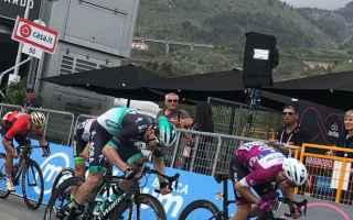 Terza volata del Giro 101, Elia Viviani non riesce a centrare il tris, con Sam Bennett che a differe