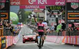 Pronto riscatto di Simon Yates, che conquista la terza vittoria al Giro 2018, attaccando sulla penul
