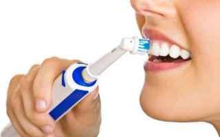 Salute: Consigli pratici su come usare lo spazzolino elettrico