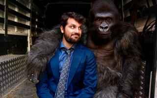 Attenti al Gorilla, il film diretto da Luca Miniero, si pone una domanda: come ci si sente se allimp
