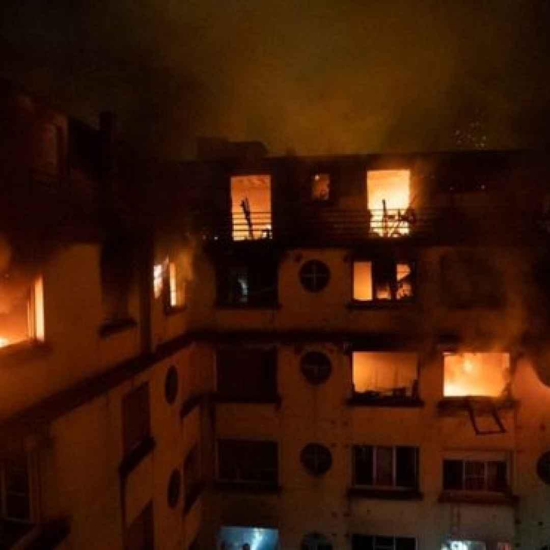 parigi  francia  video  incendio  morti
