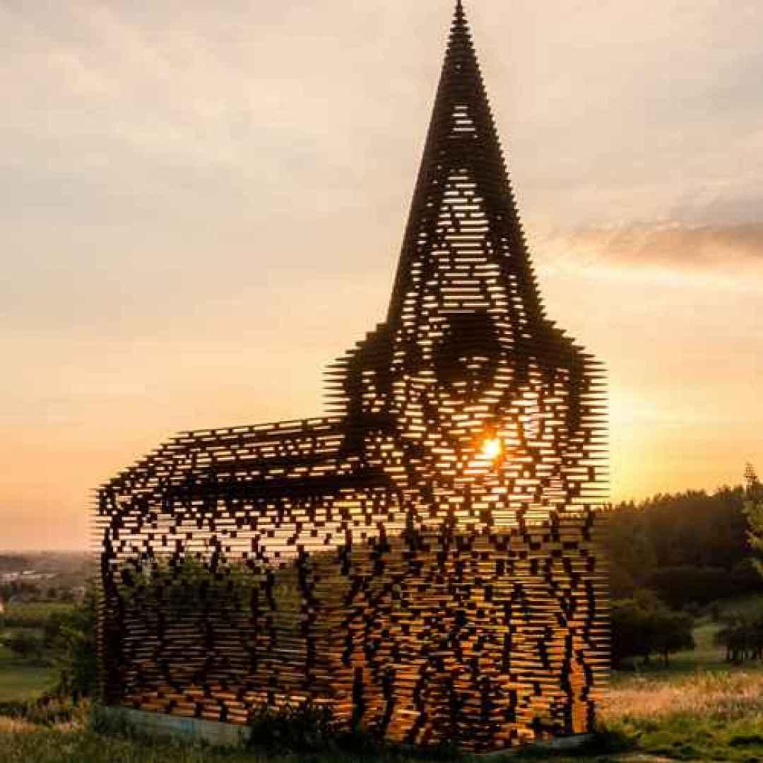 Il mistero della Chiesa che scompare al tramonto