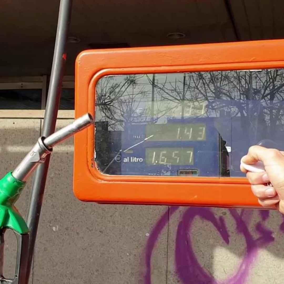 Napoli, aria al posto del carburante: ecco come funzionavano le truffe dei distributori - VIDEO