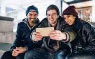 Instagram: Selfie su Instagram: come farsene uno senza sembrare scemi