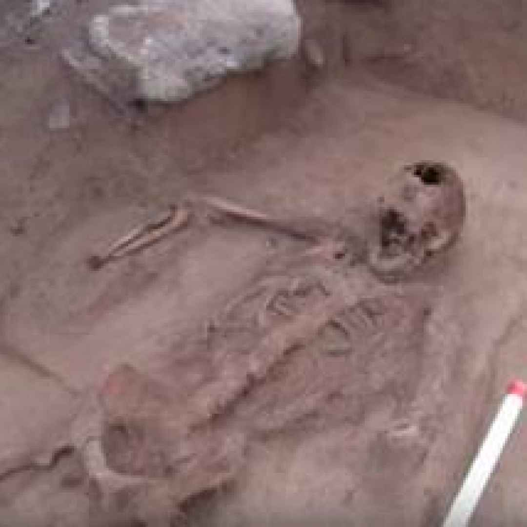 tomba uomo senza mani archeologia